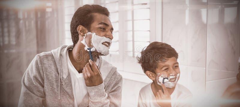 Vater Und Sohn, Die Sich Zusammen Rasieren Stockfoto