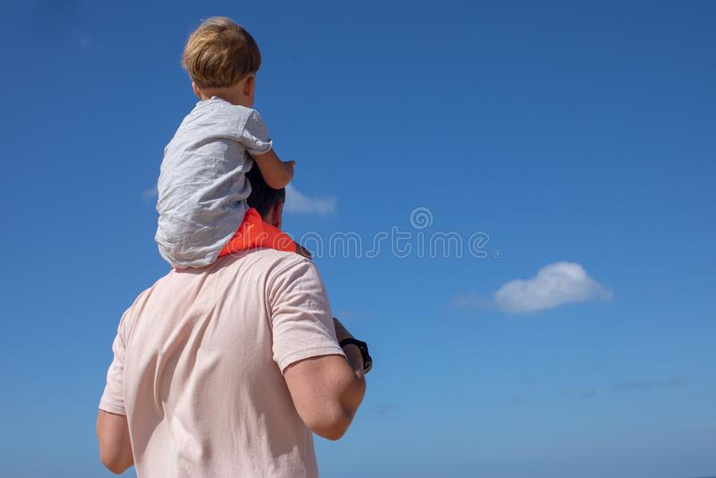 Vater und Sohn, die Spaß auf Himmel haben lizenzfreies stockfoto