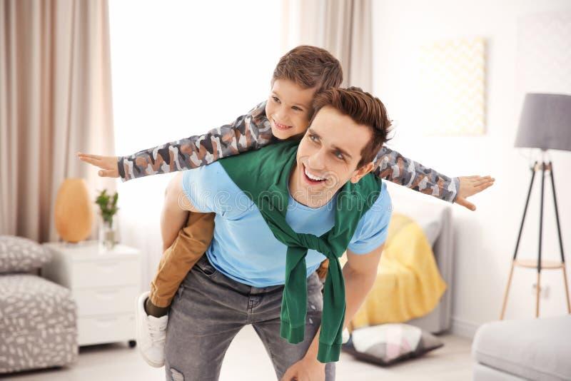 Vater und Sohn, die Spaß haben lizenzfreies stockfoto