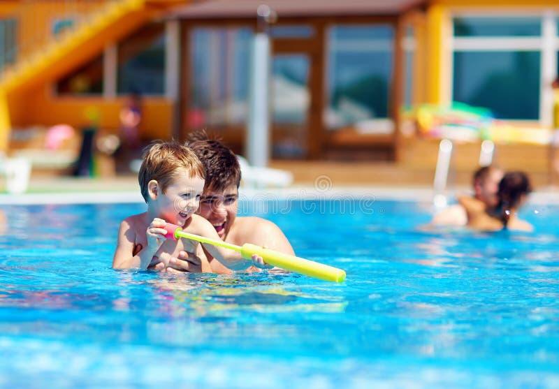 Vater und Sohn, die Spaß im Pool haben stockfotos