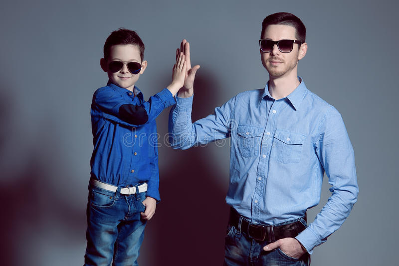 Vater und Sohn, die a tun lizenzfreie stockfotografie