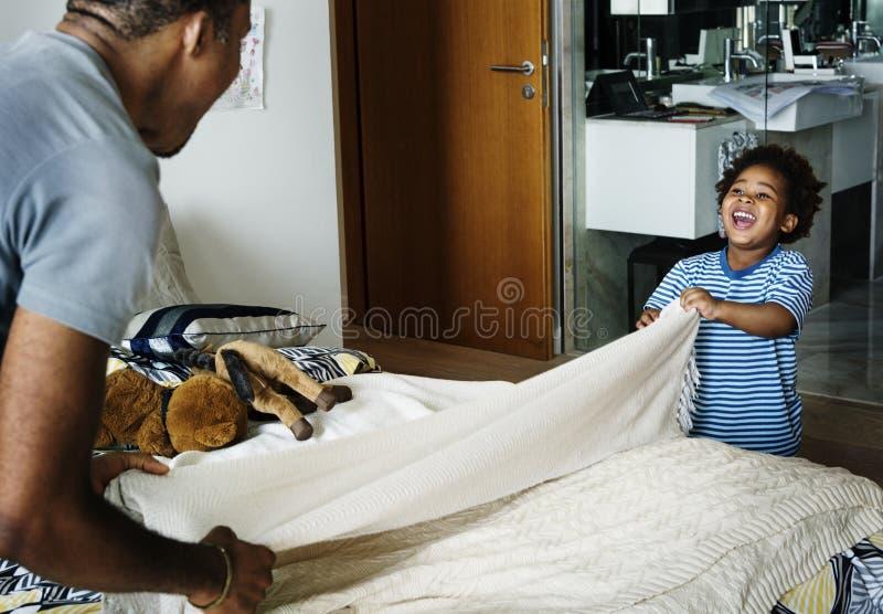 Vater und Sohn, die zusammen Hausarbeit tun stockfoto