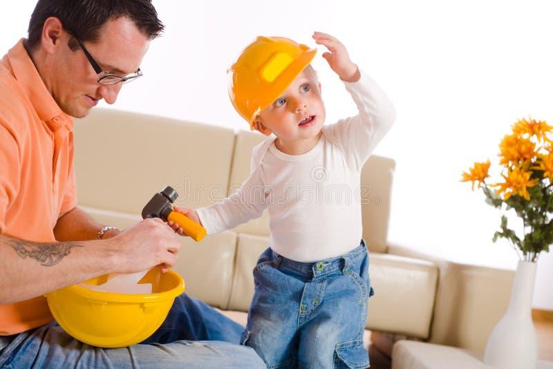Vater und Sohn, die zusammen spielen stockbild
