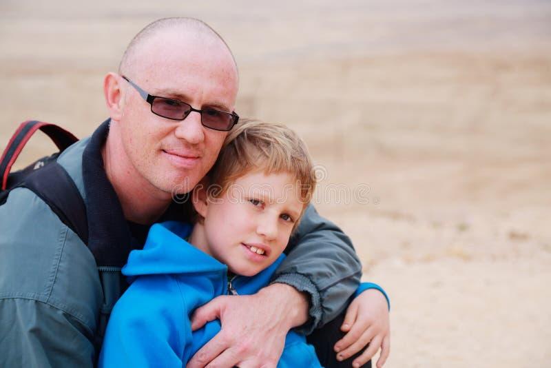 Vater und Sohn draußen lizenzfreie stockfotos
