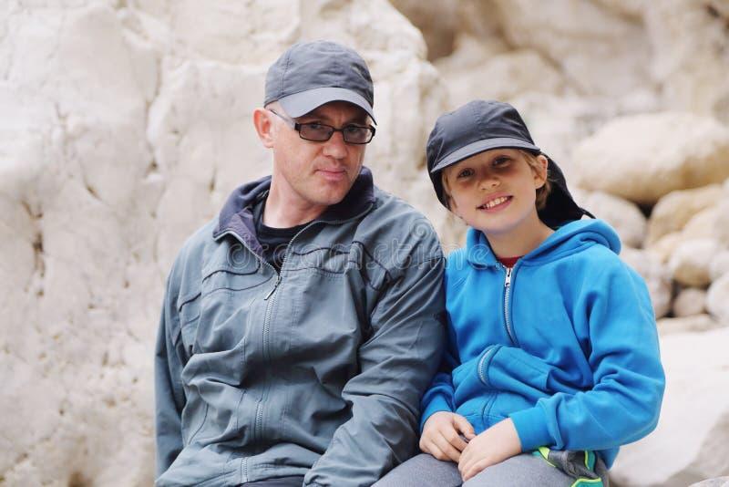 Vater und Sohn draußen lizenzfreies stockfoto