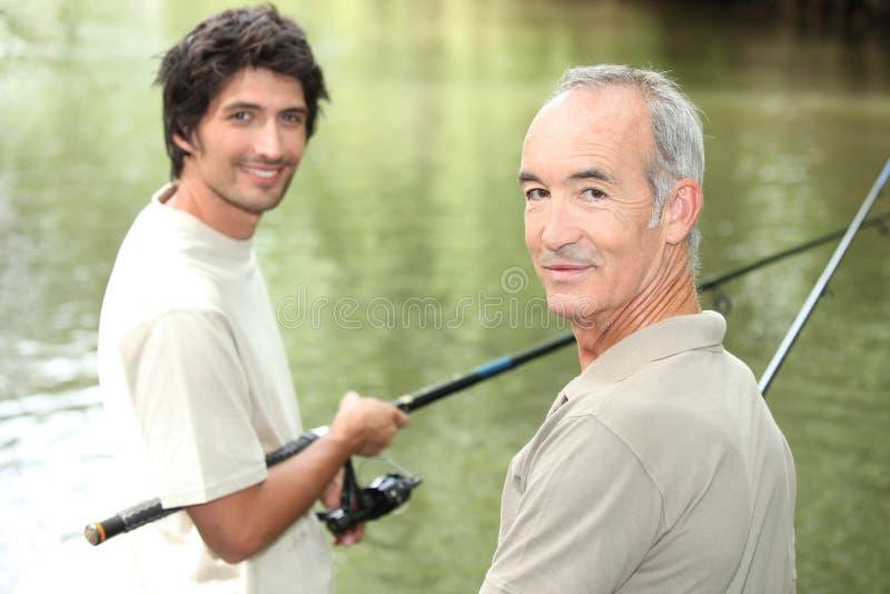 Vater-und Sohn-Fischen stockfotos