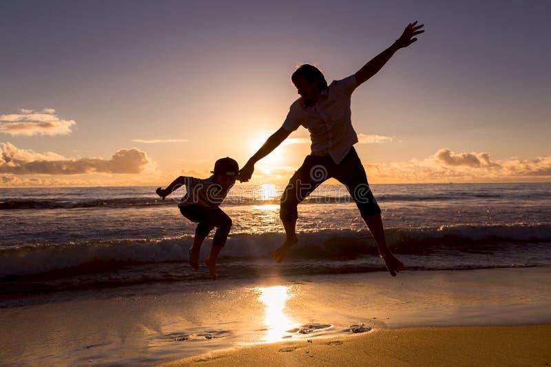 Vater und Sohn haben die schöne Zeit auf dem Strand lizenzfreies stockfoto