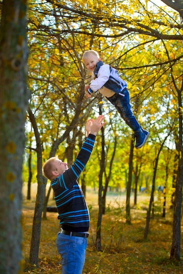 Vater und Sohn im Herbstpark stockfotografie