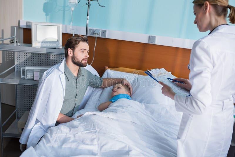 Vater und Sohn im Krankenhaus lizenzfreie stockfotografie