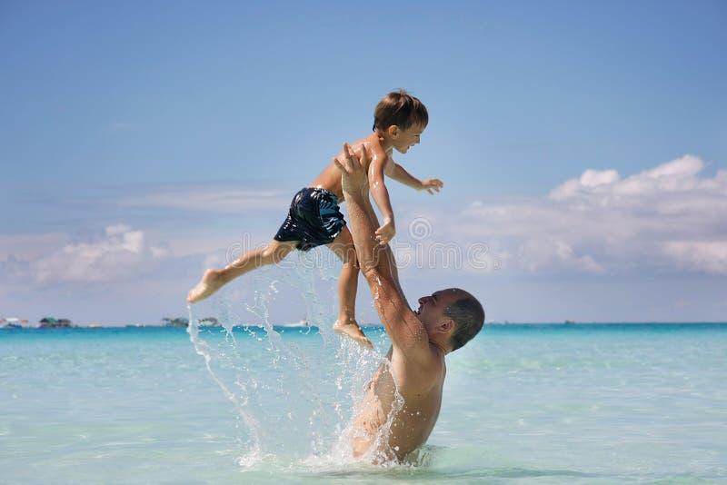 Vater und Sohn im Wasser stockfoto