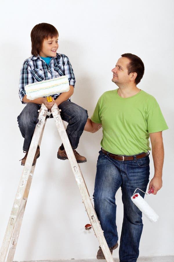 Vater und Sohn mit Malereigeräten stockfotografie