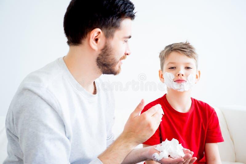 Vater-und Sohn-Rasieren lizenzfreies stockbild