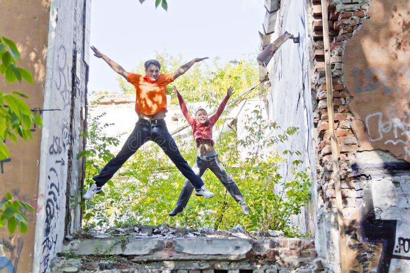 Vater und Sohn spielen durch Ruinen stockfoto