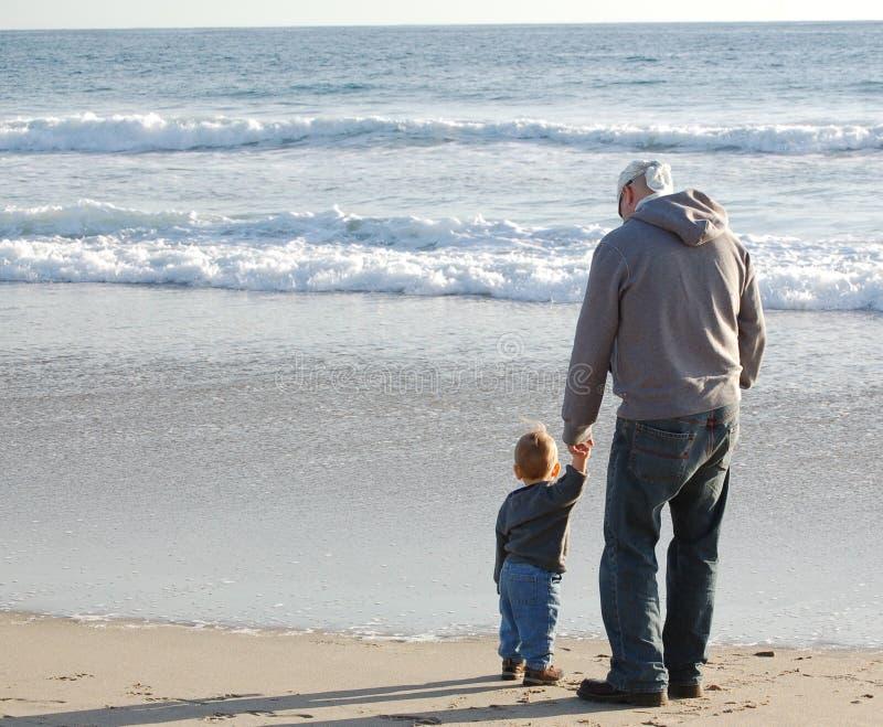 Vater und Sohn am Strand stockfotografie