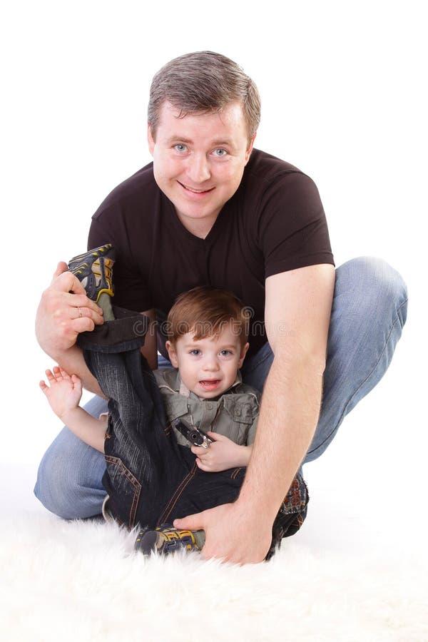 Vater und Sohn. Von mittlerem Alter Mann, der mit Jungen spielt lizenzfreies stockfoto
