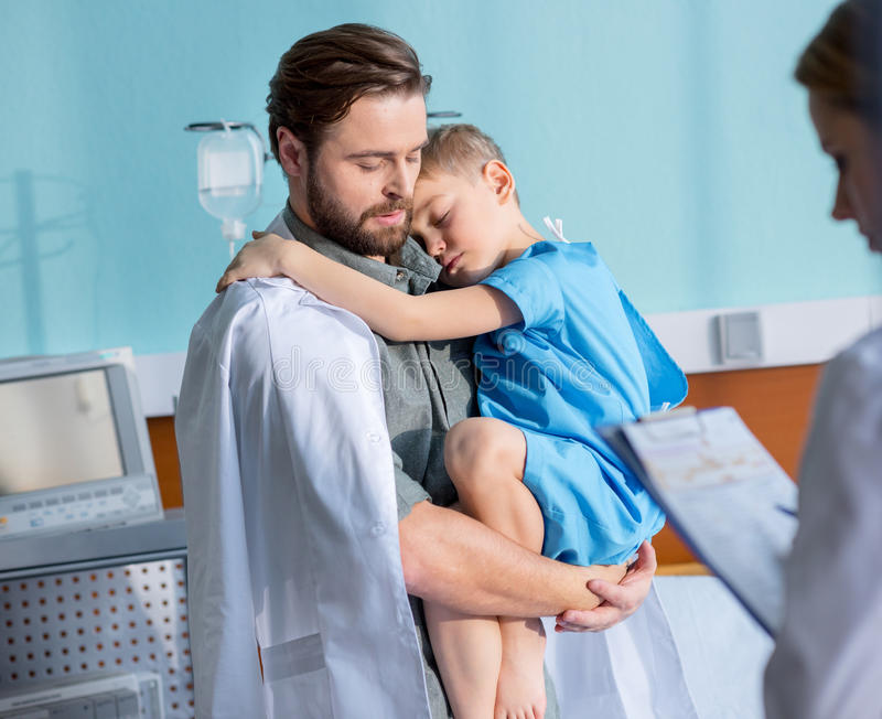 Vater- und Sohnbesuchsdoktor lizenzfreies stockbild