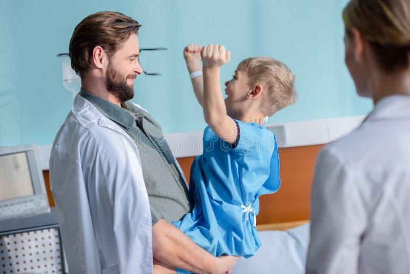 Vater- und Sohnbesuchsdoktor lizenzfreies stockfoto