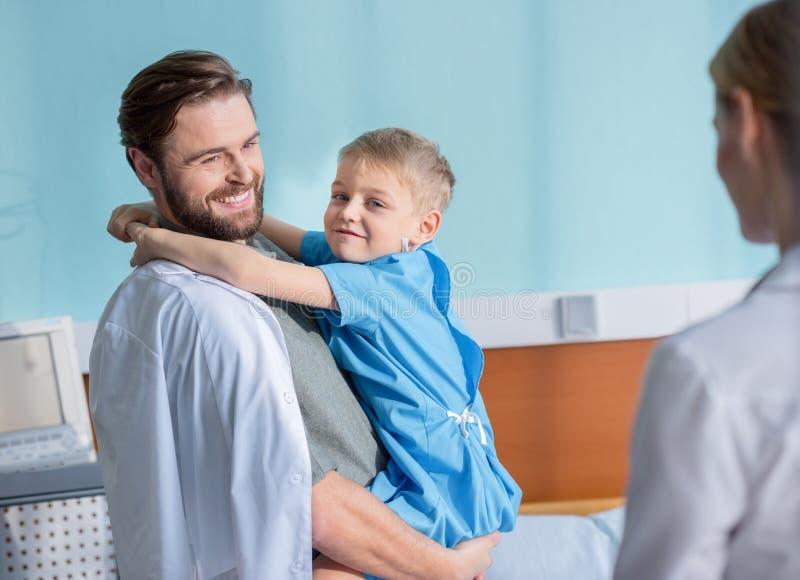 Vater- und Sohnbesuchsdoktor lizenzfreie stockfotos