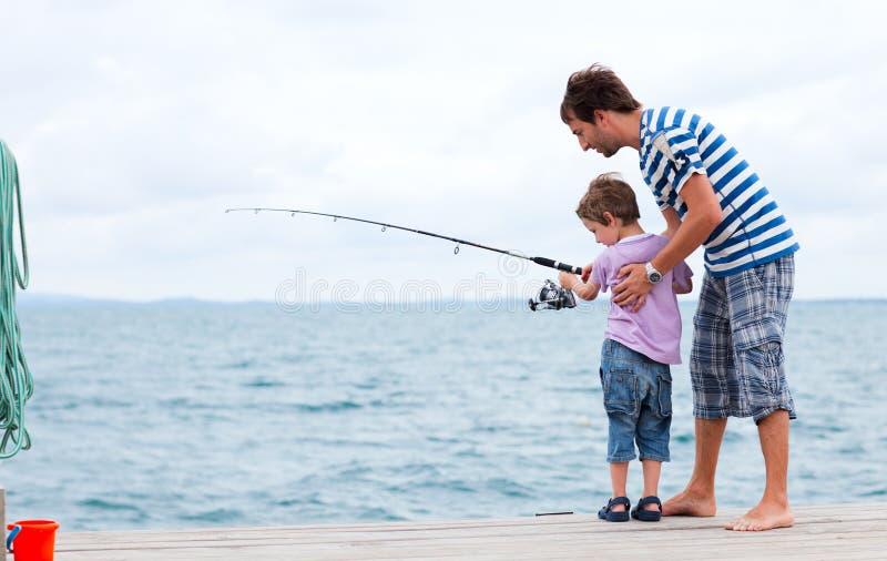 Vater- und Sohnfischen zusammen stockbild