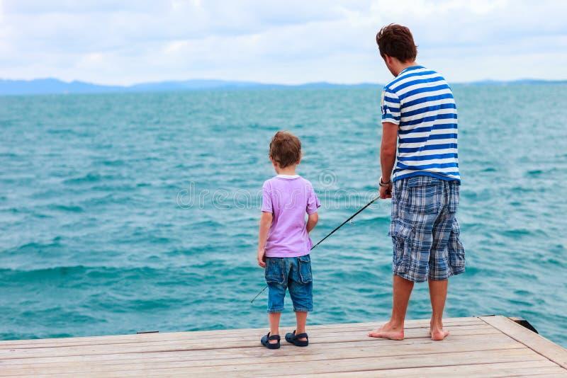 Vater- und Sohnfischen zusammen stockbilder