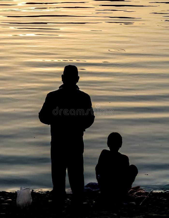 Vater- und Sohnfischenschattenbild stockbild
