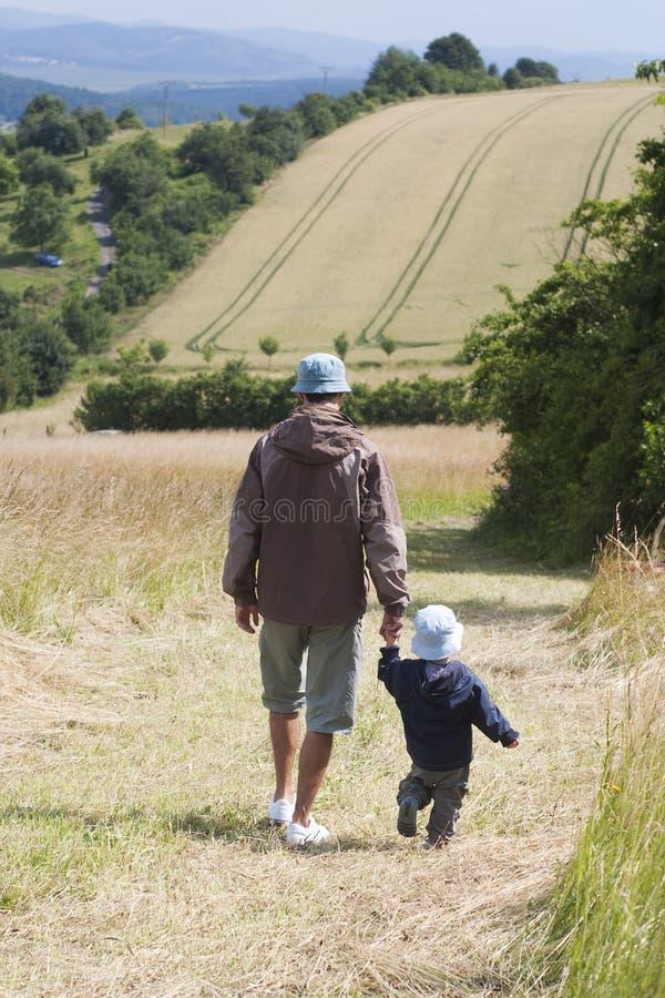 Vater- und Sohngehen stockfoto