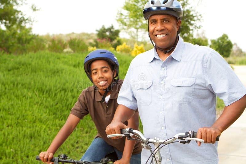 Vater- und Sohnreitfahrräder stockbilder