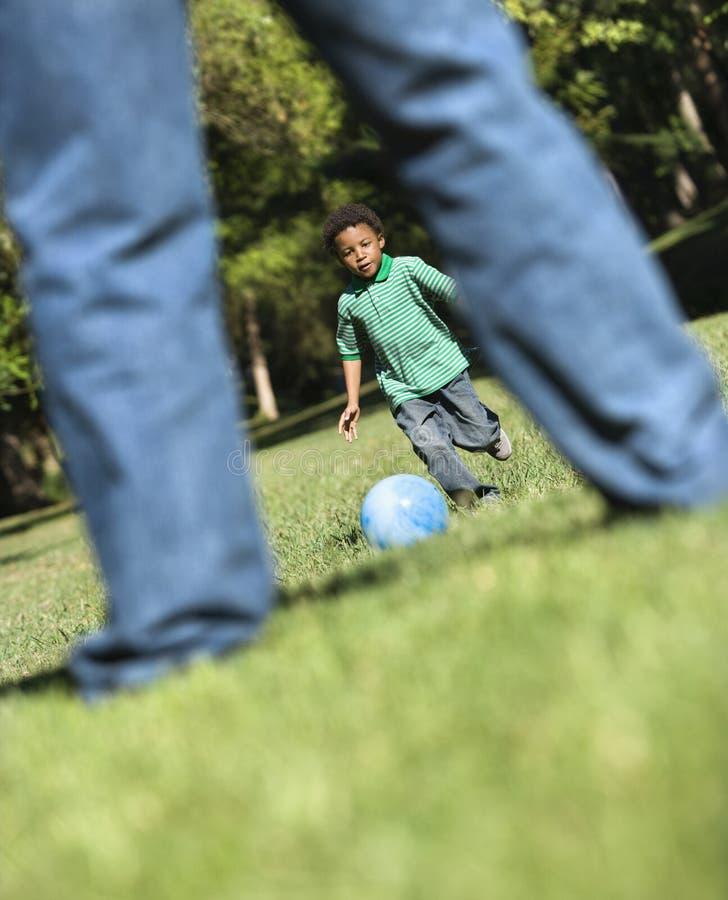 Vater- und Sohnspielen. lizenzfreie stockfotografie