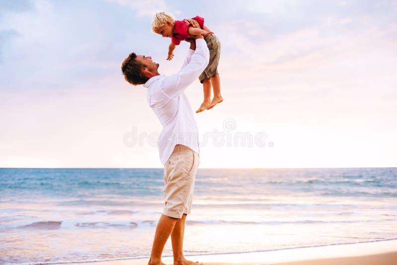 Vater- und Sohnspielen lizenzfreie stockfotos