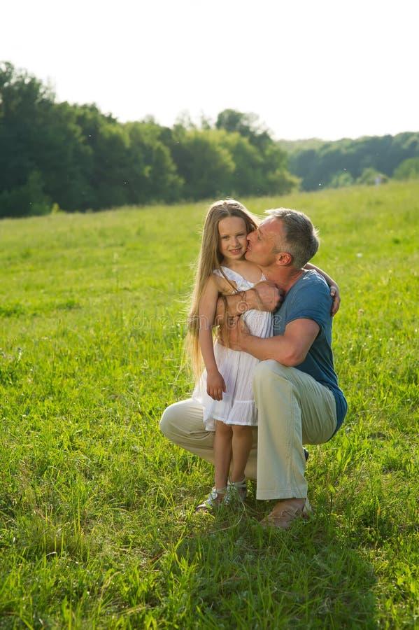 Vater und Tochter auf einer grünen Wiese stockfoto