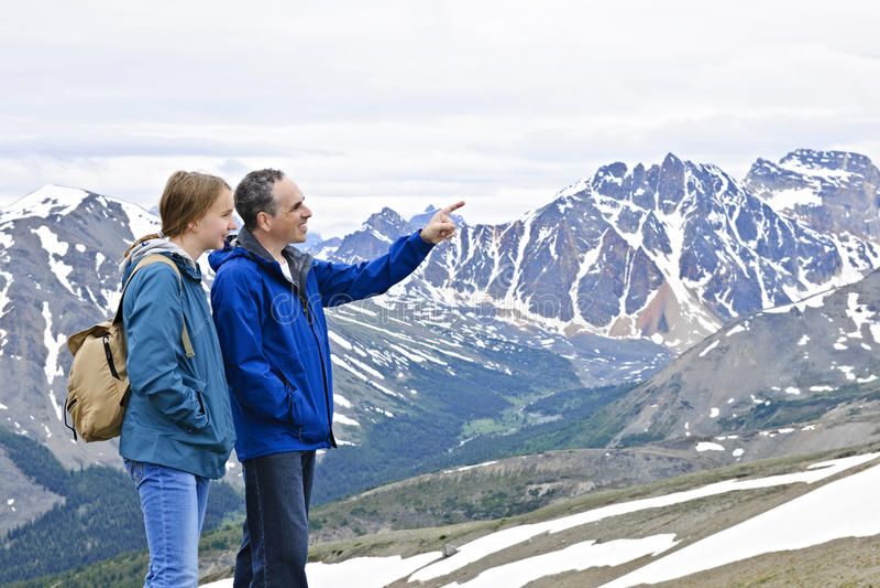 Vater und Tochter in den Bergen lizenzfreie stockfotos