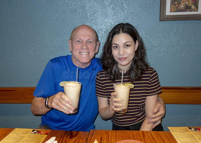 Vater und Tochter, die Margaritas in Dallas, Texas genießen stockbild