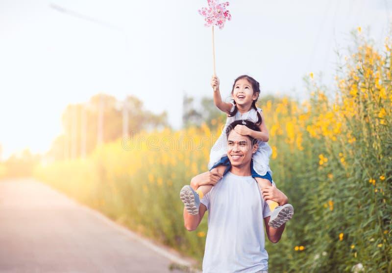 Vater und Tochter, die Spaß haben und zusammen spielen lizenzfreie stockfotografie
