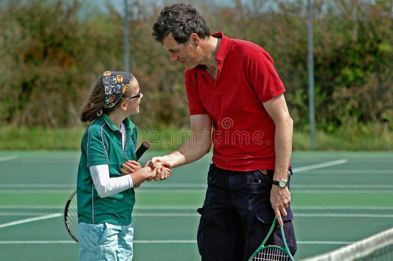 Vater und Tochter, die Tennis spielen stockbild