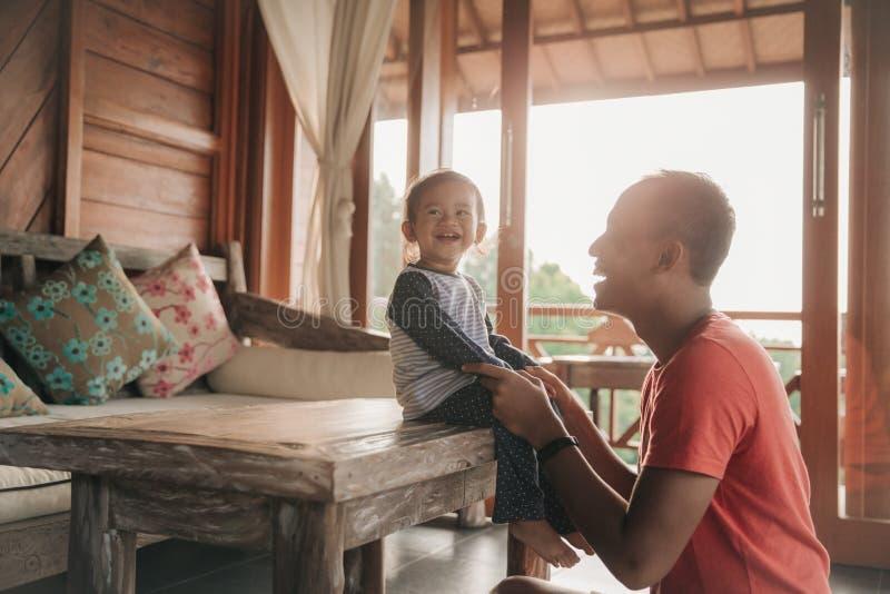 Vater und Tochter, die zusammen genießen lizenzfreie stockbilder