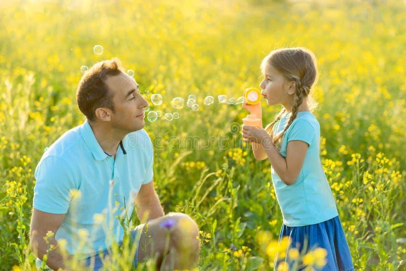 Vater und Tochter, die zusammen Zeit draußen verbringen lizenzfreies stockbild