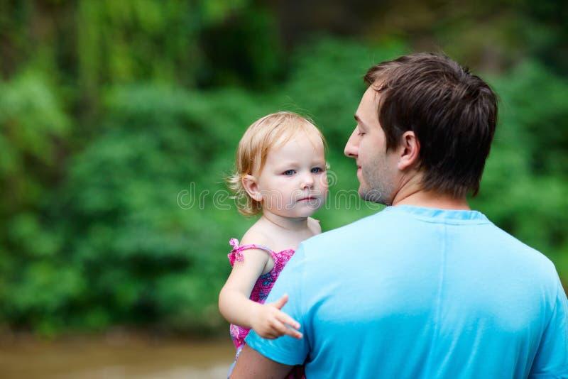 Vater und Tochter draußen stockbild