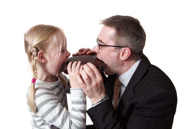 Vater und Tochter essen Schokoladentorte lizenzfreies stockfoto