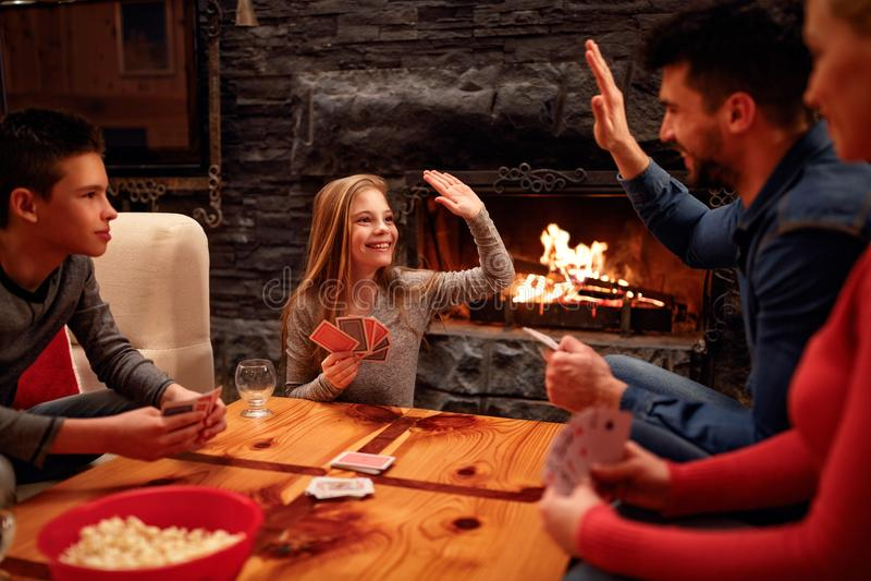 Vater und Tochter haben Spielkarte der schönen Zeit lizenzfreie stockbilder