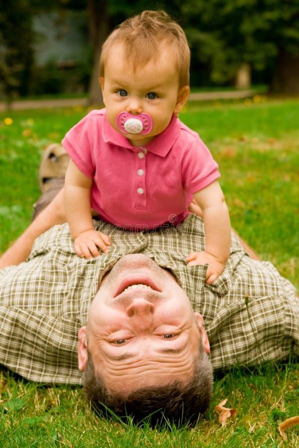 Vater und Tochter im Garten stockfoto