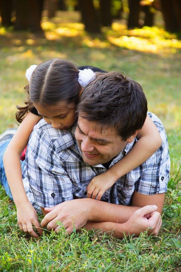 Vater und Tochter im Park stockfotografie