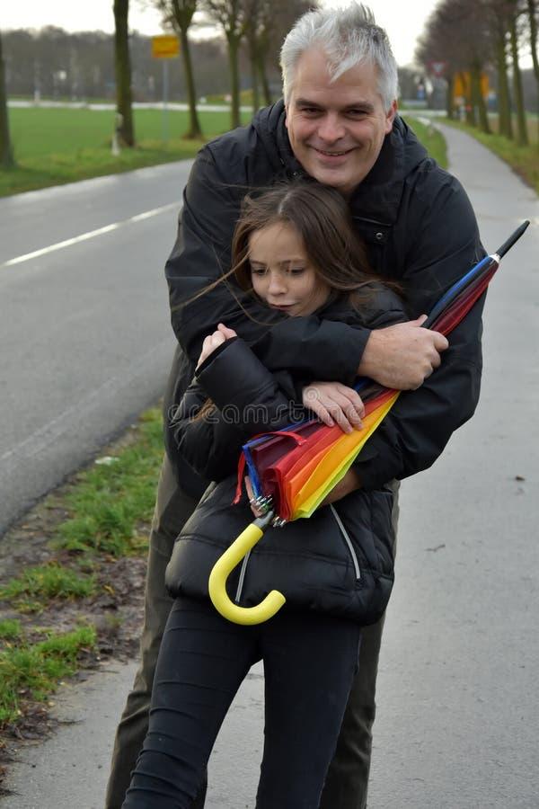 Vater und Tochter im stürmischen Wetter stockfotografie