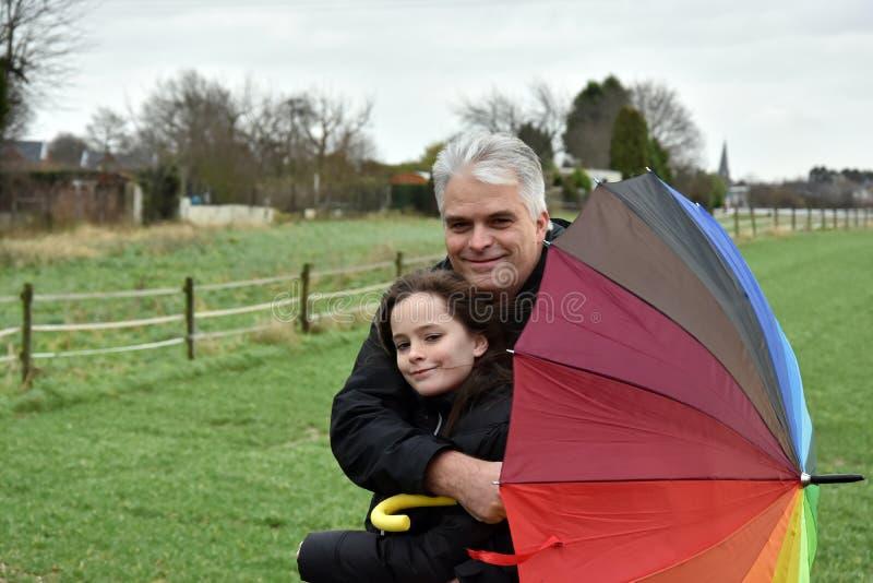 Vater und Tochter im stürmischen Wetter stockbild