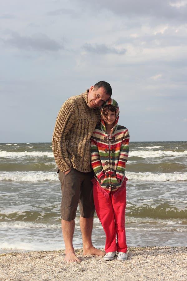 Vater und Tochter zusammen in einem Sturm in Meer stockfoto