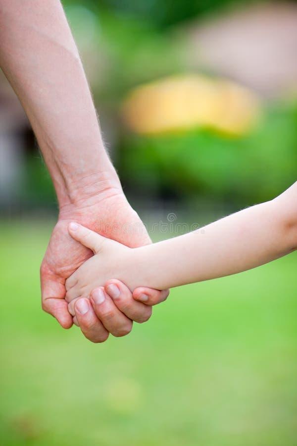 Vater- und Tochterholdinghände stockfoto