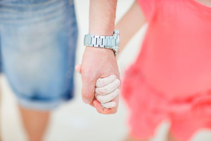 Vater- und Tochterholdinghände lizenzfreie stockfotos