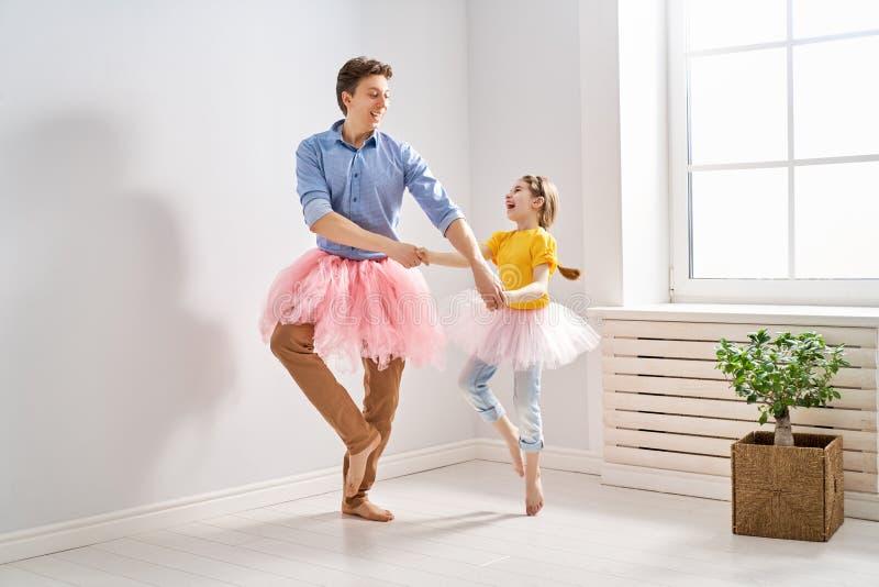 Vater- und Tochterspielen lizenzfreie stockfotografie