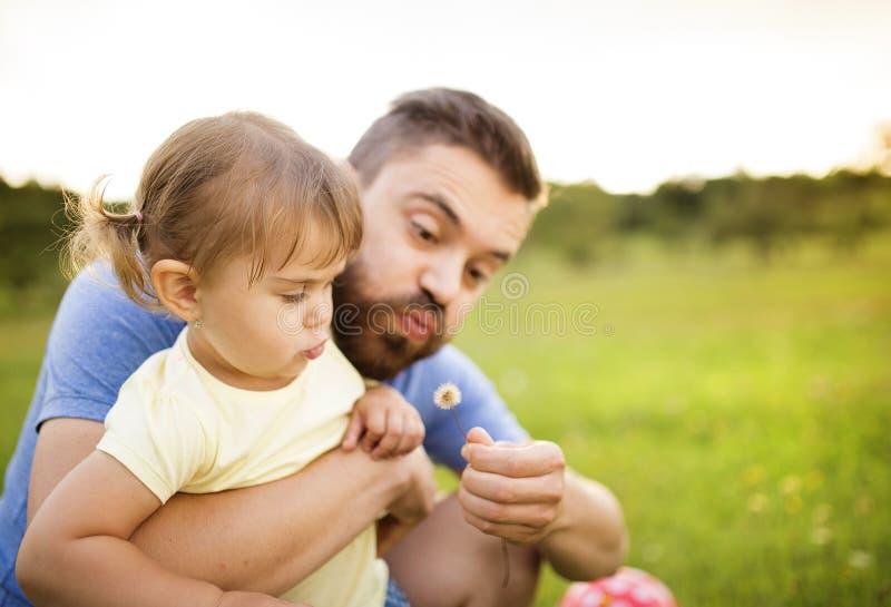 Vater- und Tochterspielen lizenzfreie stockfotos