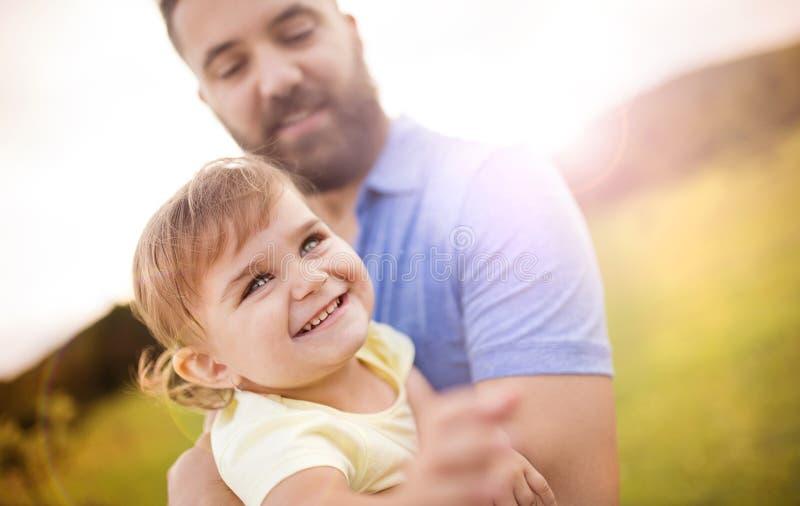 Vater- und Tochterspielen stockbild