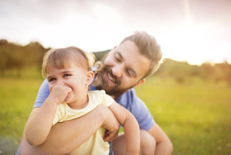 Vater- und Tochterspielen lizenzfreies stockfoto